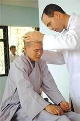 Đoàn bác sĩ Hoa Kỳ chữa trị bệnh đau cột sống tại chùa Vĩnh Nghiêm (Vũng Tàu)