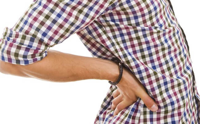 Đau cột sống: Tác hại khi để ví tiền ở túi quần sau