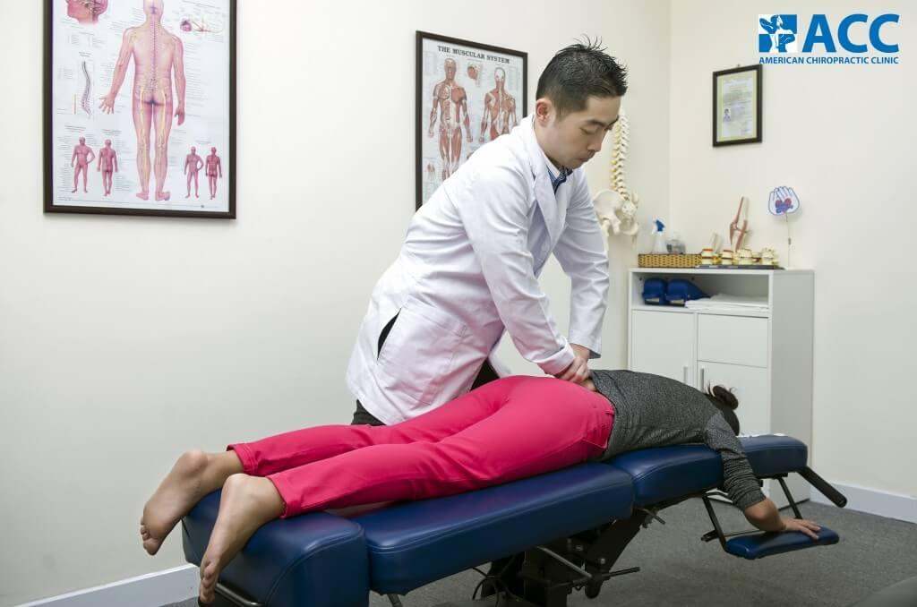 Bác sĩ sử dụng phương pháp trị liệu thần kinh cột sống để trị thoái hóa cột sống thắt lưng