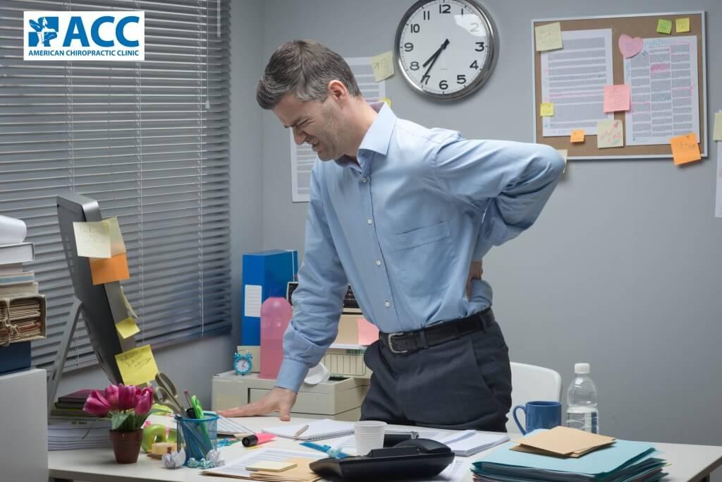 Triệu chứng thoái hóa cột sống thắt lưng và cách điều trị thoái hóa cột sống thắt lưng