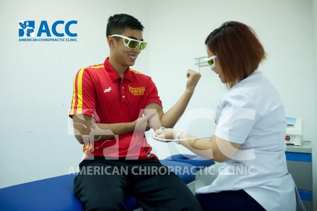 bệnh nhân đang điều trị tê tay với tia laser tại phòng khám ACC