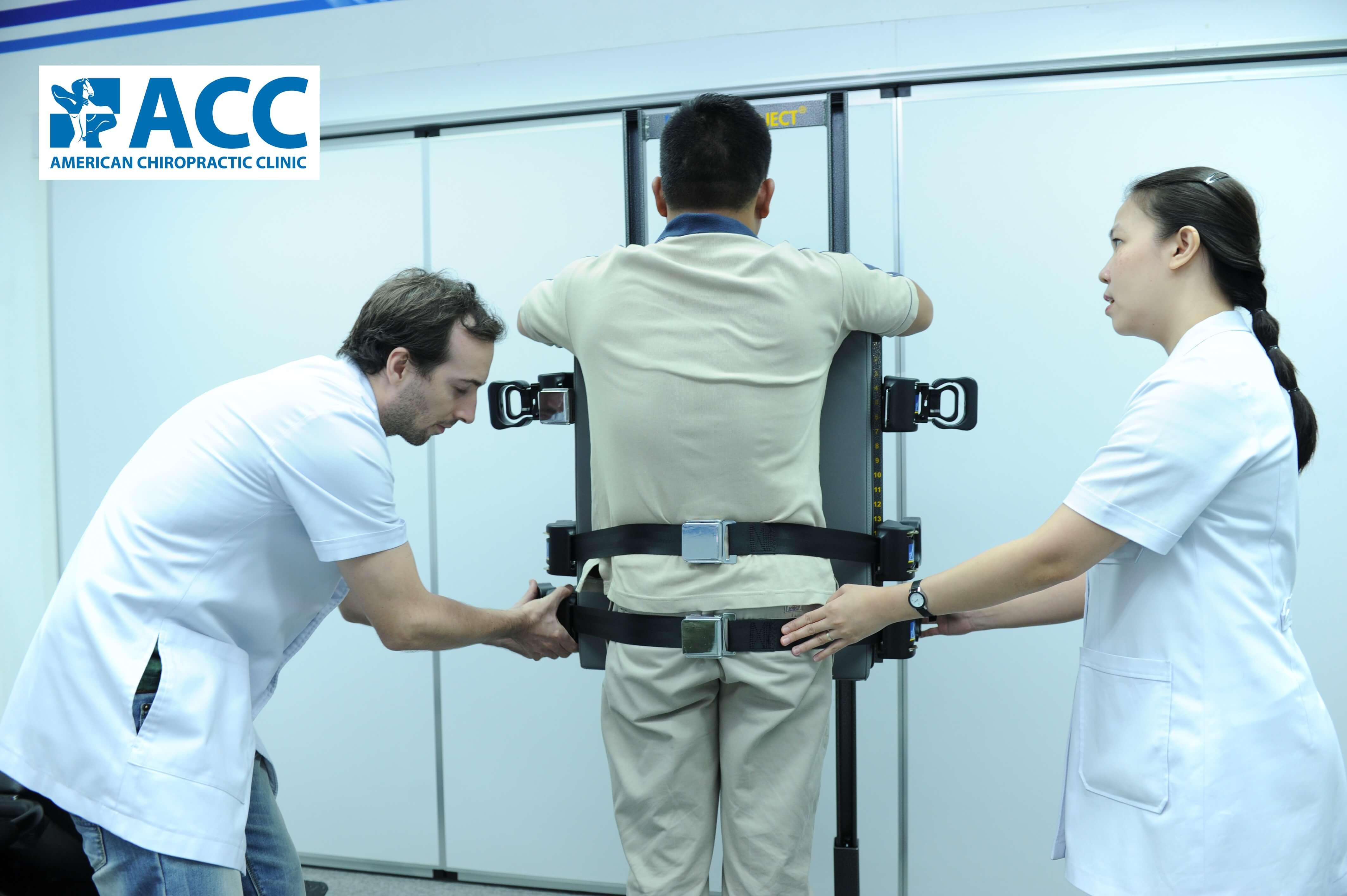 Bác sĩ và kỹ thuật viên vật lý trị liệu đang sử dụng máy tăng động trị liệu ATM2 giúp bệnh nhân thoát vị đĩa đệm