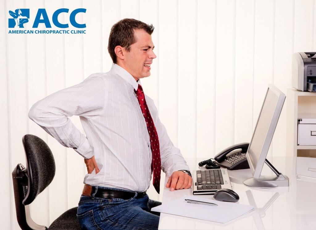 Người bệnh đau thắtlưng do thường xuyên ngồi lâu