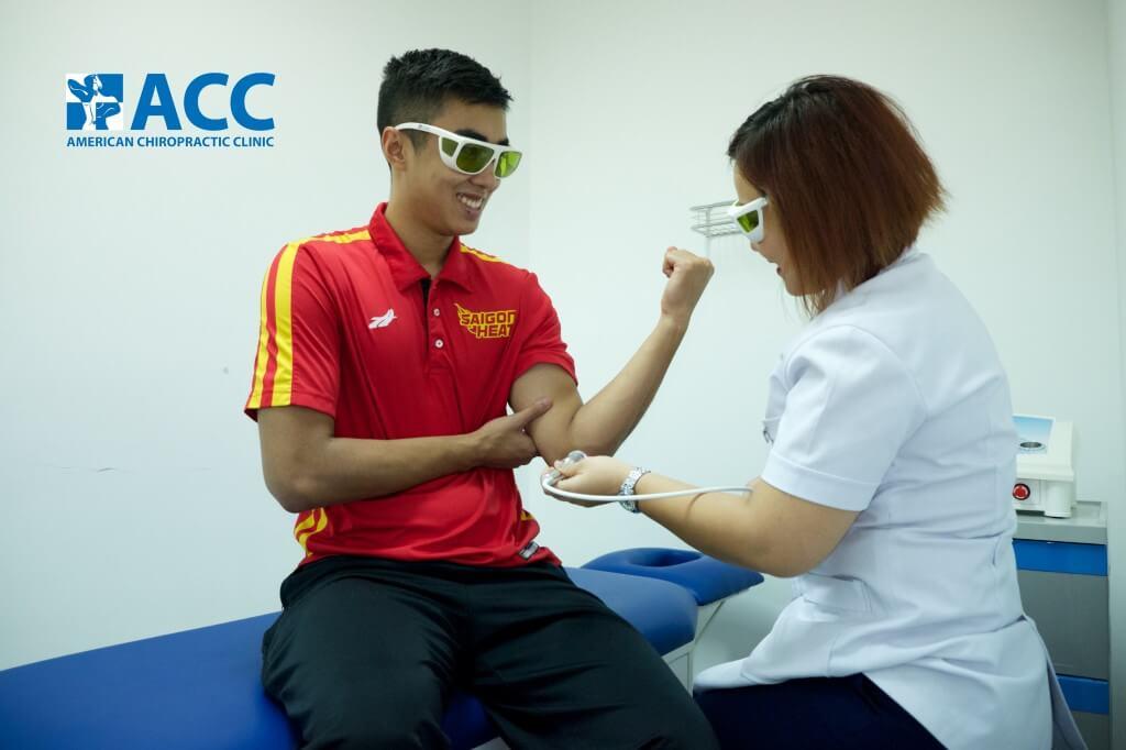 bệnh nhân đang được điều trị với máy chiếu tia laser thế hệ IV tại Phòng Khám ACC