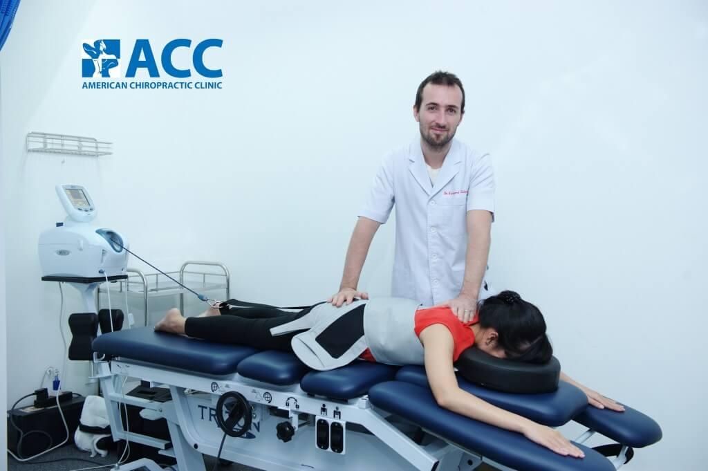 Bệnh nhân tại ACC đang điều trị với máy kéo giãn giảm áp cột sống DTS