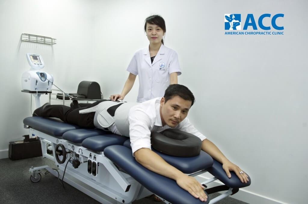 Sử dụng máy tập vật lý trị liệu tại phòng khám ACC - Vật lý trị liệu là phương pháp chữa đau không dùng thuốc hiệu quả