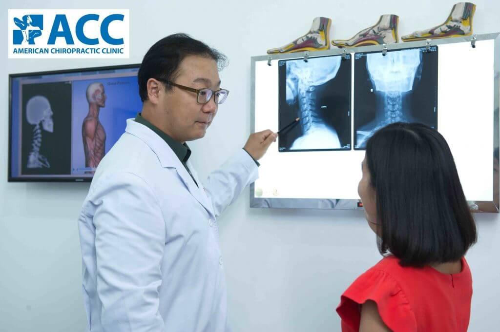 bác sĩ ACC giải thích cho bệnh nhân