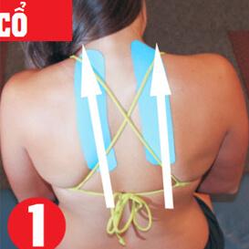 Dán hai miếng dán cơ ở lưng giữa và kéo dọc theo hai bên cột sống