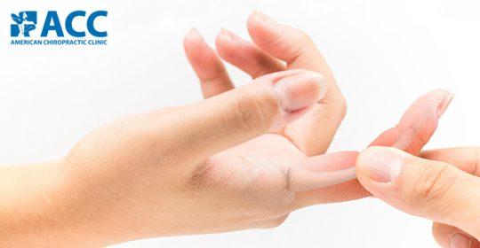 Bác sĩ Timothy Gallivan cảnh báo về triệu chứng đau cứng ngón tay trên báo Zing News