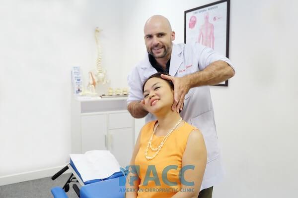bác sĩ chữa đau cổ