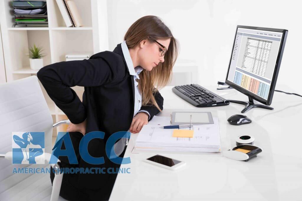 Ngồi làm việc lâu trong thời gian dài càng khiến cơn đau thắt lưng thêm trầm trọng