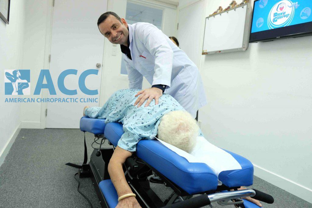 Bác sĩ điều trị cho bệnh nhân đau thần kinh tọa