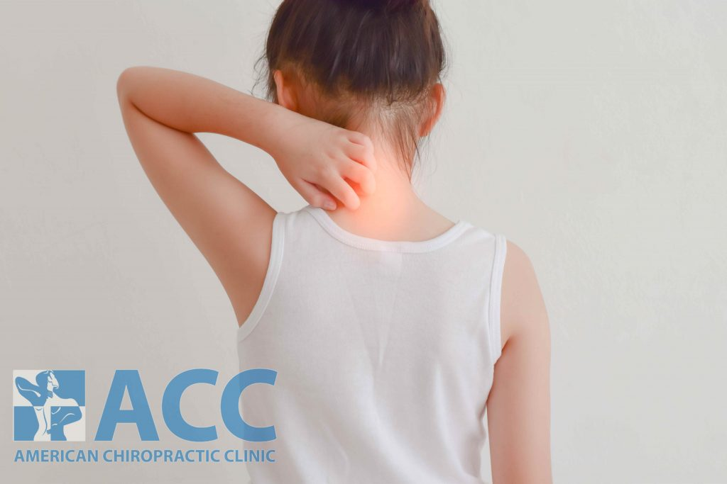 chứng đau cổ ở trẻ em dễ gặp khi hoạt động