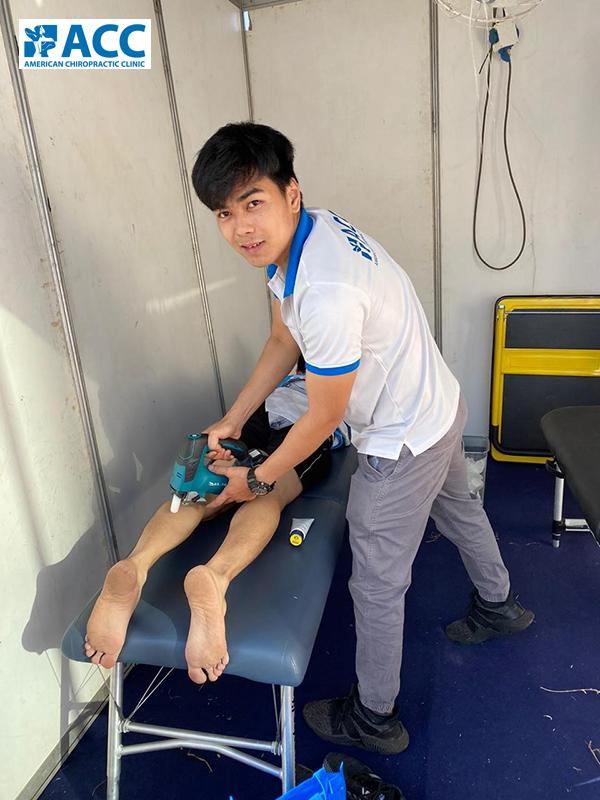 chuyên viên vật lý trị liệu ACC thư giãn cơ cho vận động viên