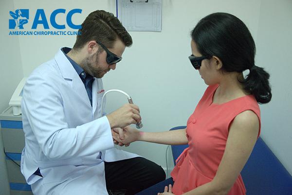 trị đau cổ tay sau khi sinh tại ACC