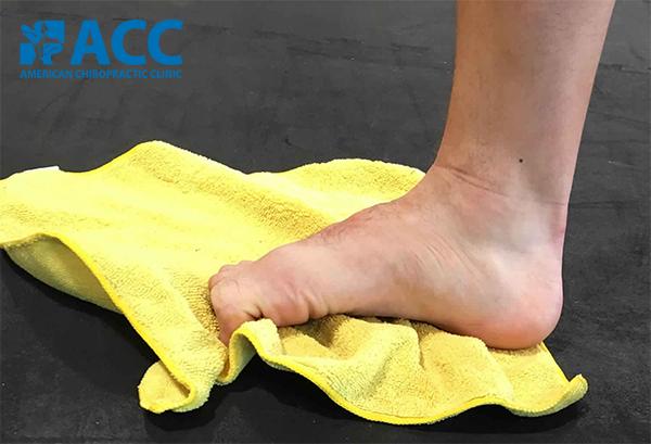 bài tập lăn chân với khăn