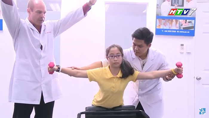 chữa vẹo cột sống bẩm sinh bằng bài tập với tạ tay