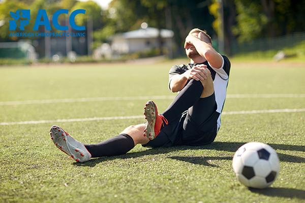 đau đầu gối khi chơi bóng đá