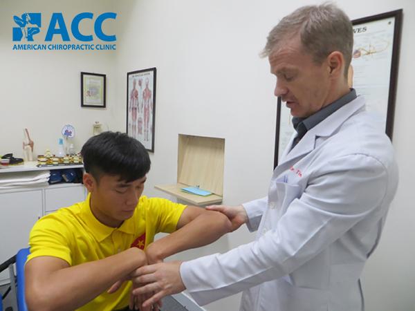điều trị đau khuỷu tay bằng phương pháp Trị liệu Thần kinh Cột sống