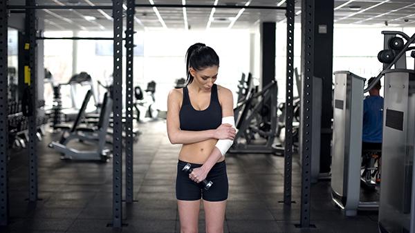 giảm đau khuỷu tay khi tập tạ