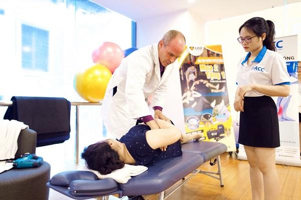 Bác sĩ phòng khám ACC nắn chỉnh cột sống cho bệnh nhân
