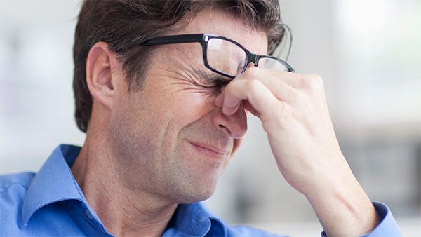 triệu chứng đau đầu căng cơ do mắt bị áp lực đè nặng