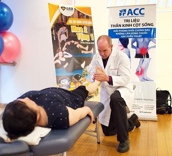 kiểm tra bàn chân cho bệnh nhân