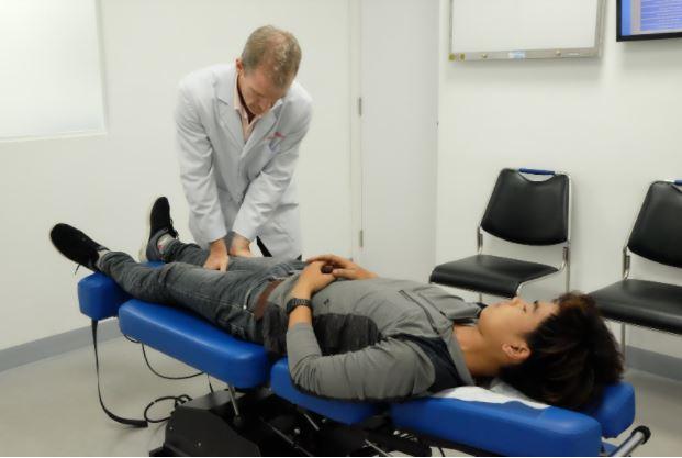 BS. Tim Gallivan kiểm tra chức năng khớp gối cho bệnh nhân tại phòng khám ACC