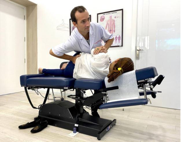 Bác sĩ Edouard nắn chỉnh đốt sống lưng cho bệnh nhân tại phòng khám ACC