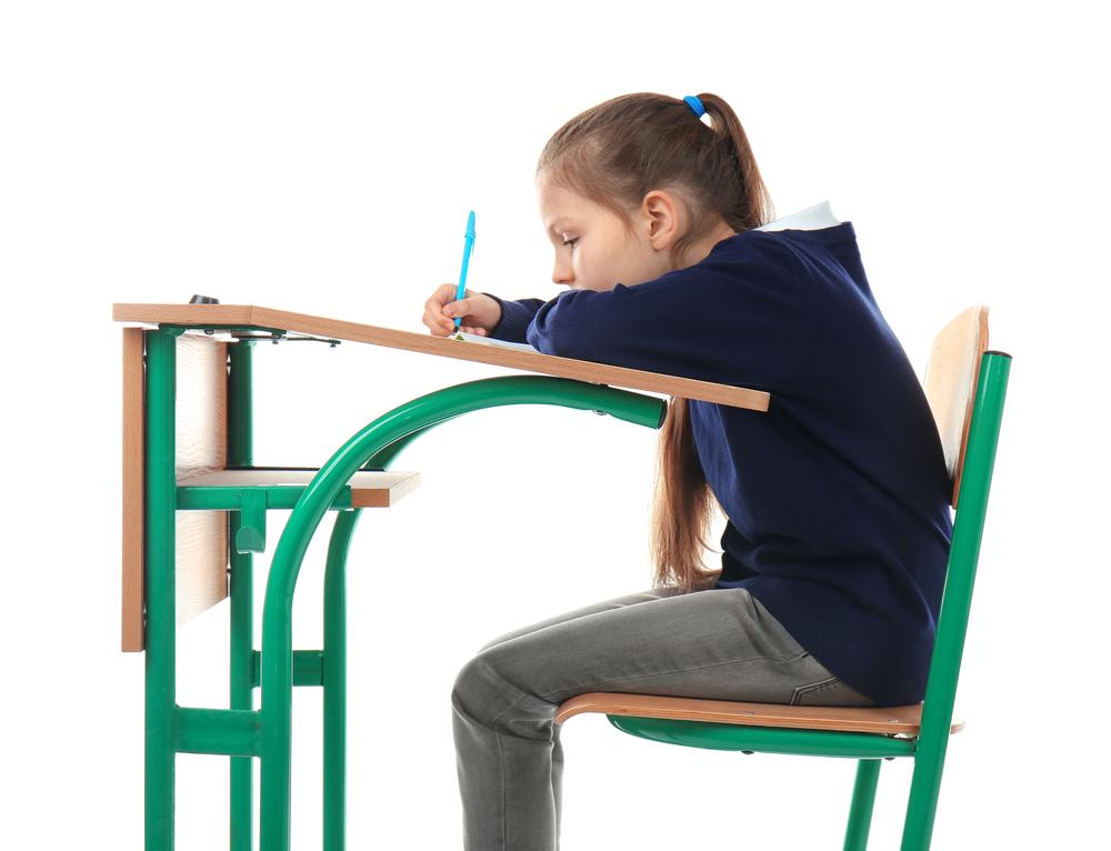 trẻ ngồi sai tư thế