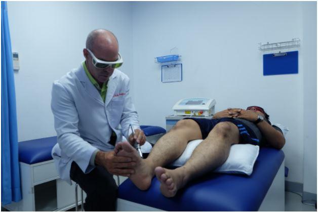 Trị liệu đau bàn chân bằng phương pháp laser cường độ cao