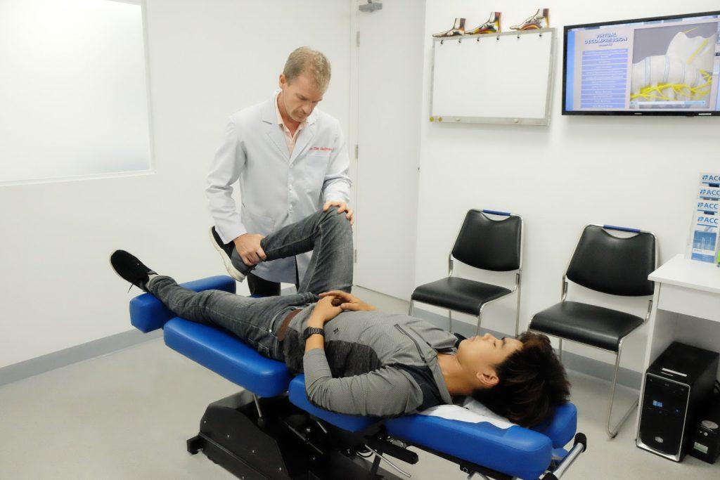 Bác sĩ Timothy Gallivan đang thăm khám cho bệnh nhân.