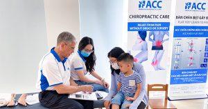 ACC tầm soát bàn chân bẹt và vẹo cột sống cho học sinh trường mầm non Happy World