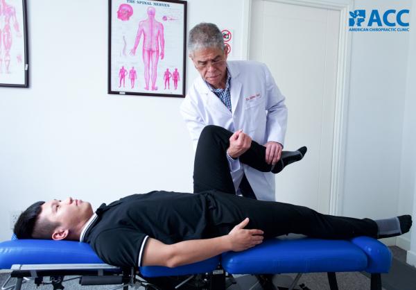 bác sĩ điều trị cho bệnh nhân đau khớp gối