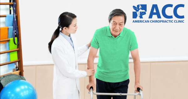 bác sĩ hướng dẫn bệnh nhân tập phục hồi chức năng sau tai biến