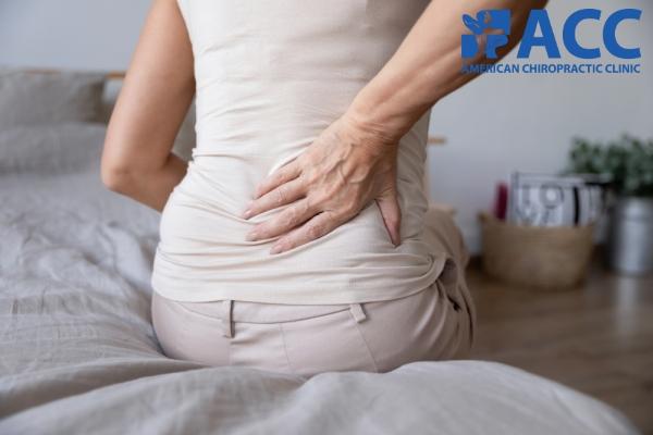 bị đau lưng là dấu hiệu cảnh báo thoát vị đĩa đệm chèn ép dây thần kinh tọa