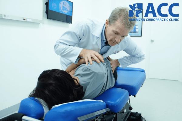 Bác sĩ tại ACC thực hiện nắn chỉnh cột sống, chữa đau lưng cho bệnh nhân