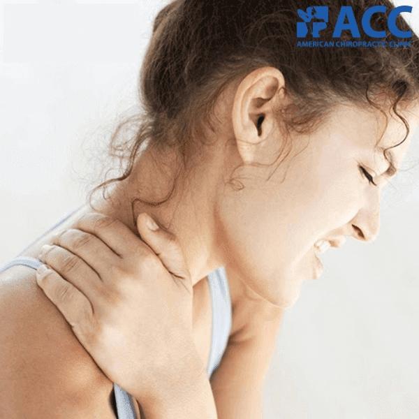 đau vai gáy kéo dài gây khó khăn trong sinh hoạt