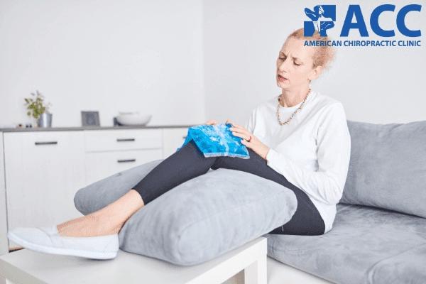 chườm đá hỗ trợ giảm đau do chấn thương đầu gối gây ra