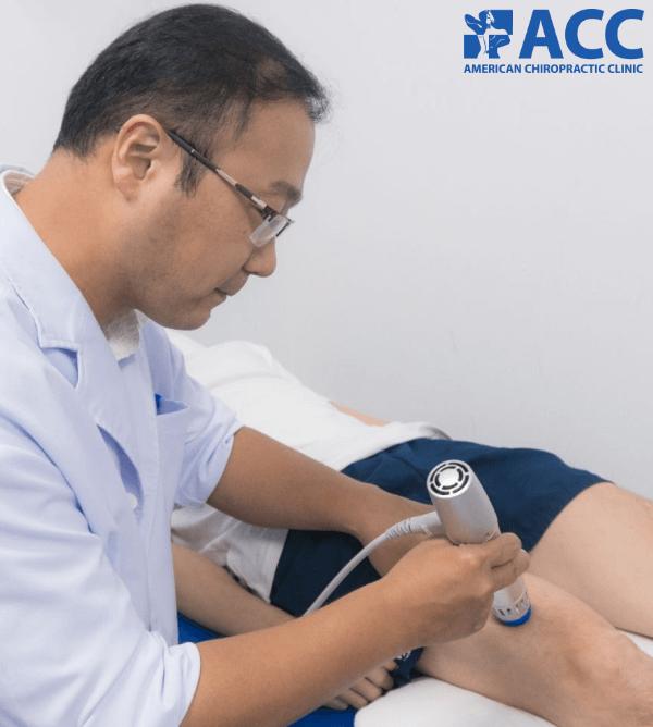 bác sĩ tại ACC đang điều trị cho bệnh nhân đau khớp gối