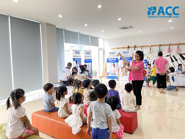 đội ngũ ACC tầm soát bàn chân bẹt và vẹo cột sống cho các bé trường Happy World
