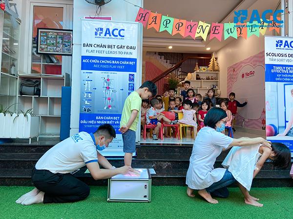 Đội ngũ ACC tầm soát bàn chân bẹt và vẹo cột sống cho trẻ đặc biệt