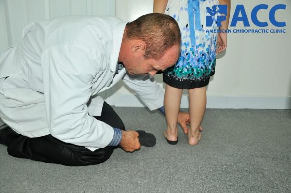 bác sĩ kiểm tra bàn chân bẹt cho trẻ