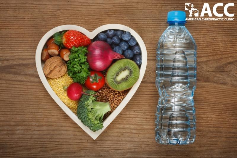 bổ sung thực phẩm giàu vitamin và uống đủ nước là cách phòng ngừa thoái hóa cột sống