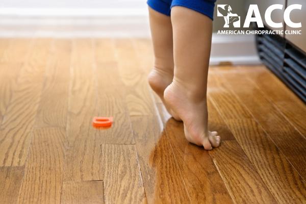 trẻ đi nhón chân có bình thường không