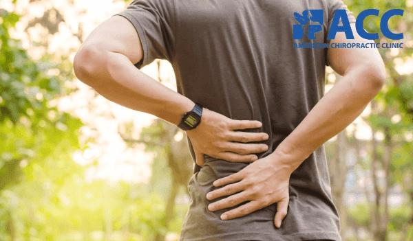 triệu chứng thoát vị đĩa đệm xuất hiện khi người bệnh vận động khiến việc đi lại khó khăn