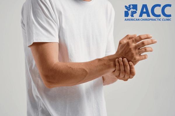 dấu hiệu thoát vị đĩa đệm là cơn đau lan xuống cánh tay, ngón tay gây tê, ngứa ran