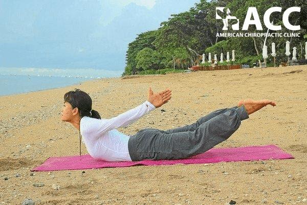 tư thế con châu chấu giúp giảm đau cột sống thắt lưng