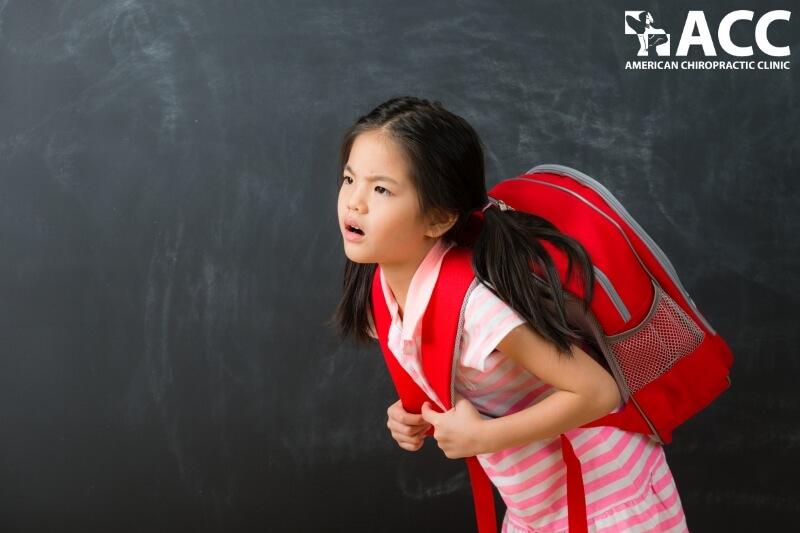trẻ bị vẹo cột sống do đeo cặp sách quá nặng