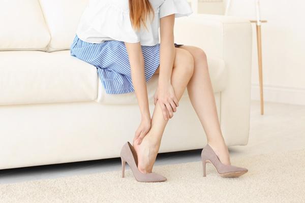 nguyên nhân xương khớp bị thoái hóa do mang giày cao gót